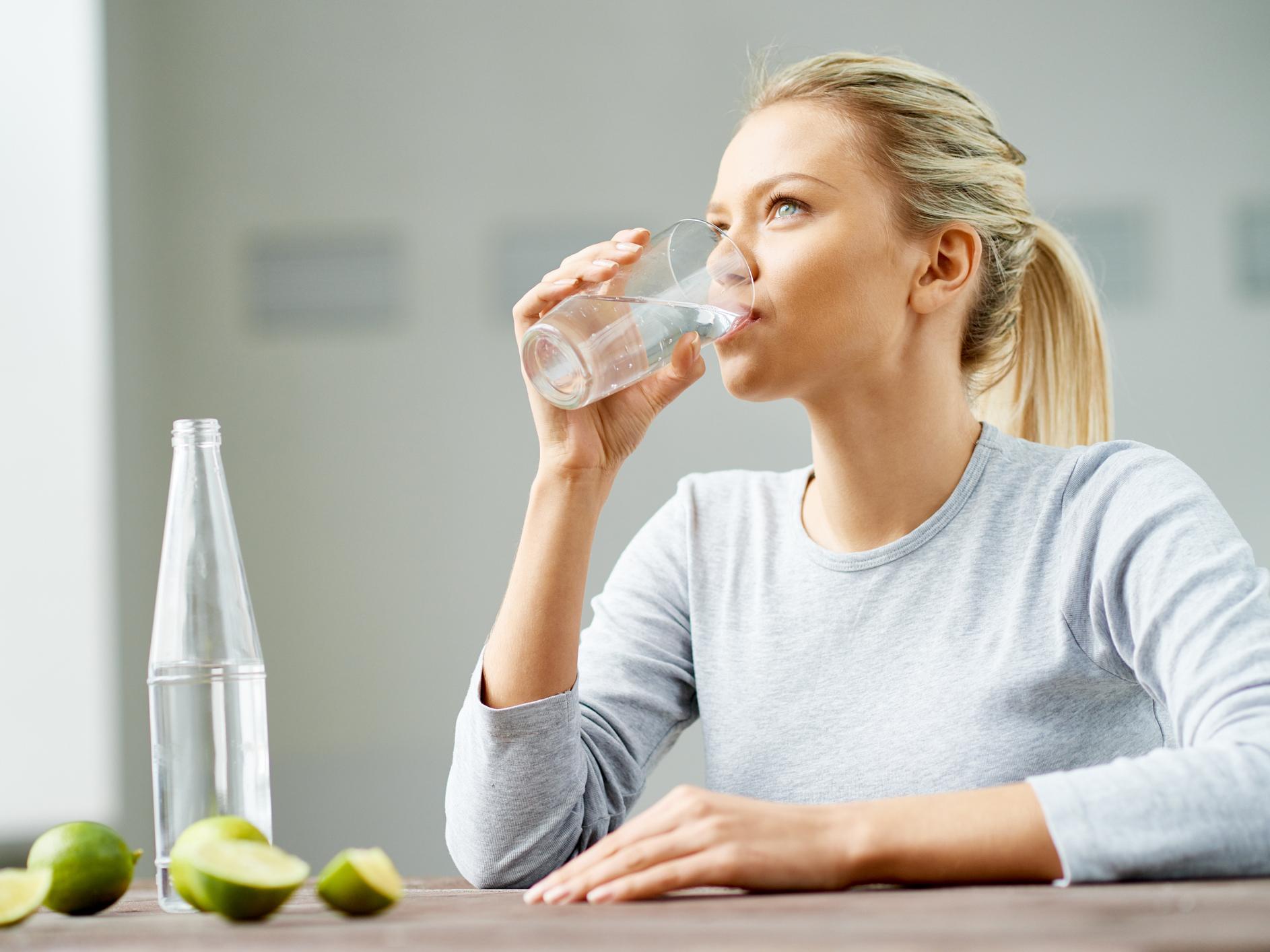 Përfitimet shëndetësore të pirjes së ujit me limon gjatë gjidhënies