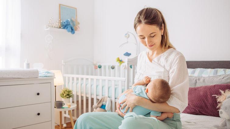 A është e lejueshme ta ushqeni bebin tuaj me gji, nëse jeni të infektuara me COVID-19