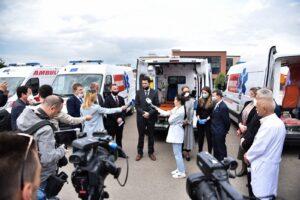 BE dorëzon donacionin me 10 ambulanca, 100 shtretër dhe pajisje tjera në QKUK