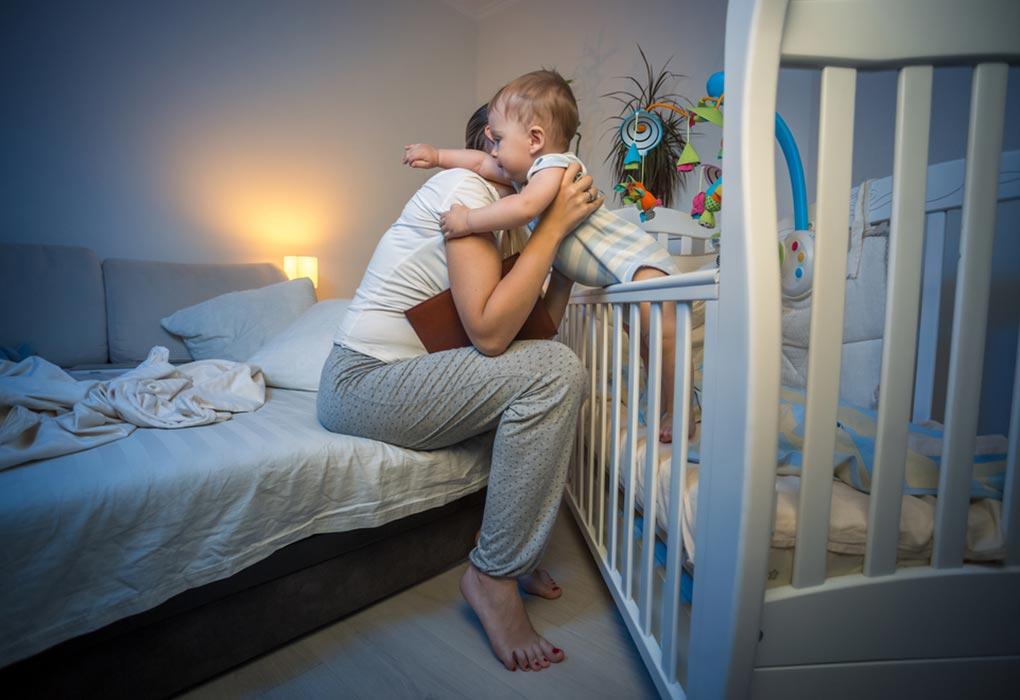 Bebi juaj zgjohet shpesh natën? – Ja disa arsyje që e shqetësojnë atë